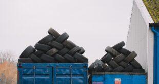 Pneus rechapés. Deux conteneurs pleins de pneus qui vont être rechapés.