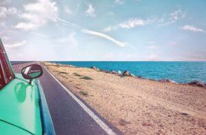 Voyage en France. Une voiture dans une plage.