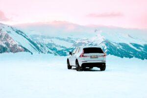 Peut-on mettre des pneus été en hiver ? Une voiture sur la neige à la montagne